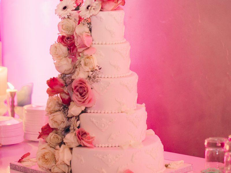 Exclusieve bruidstaart met bloemen