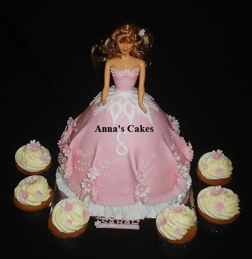 3D barbie taart met cupcakes
